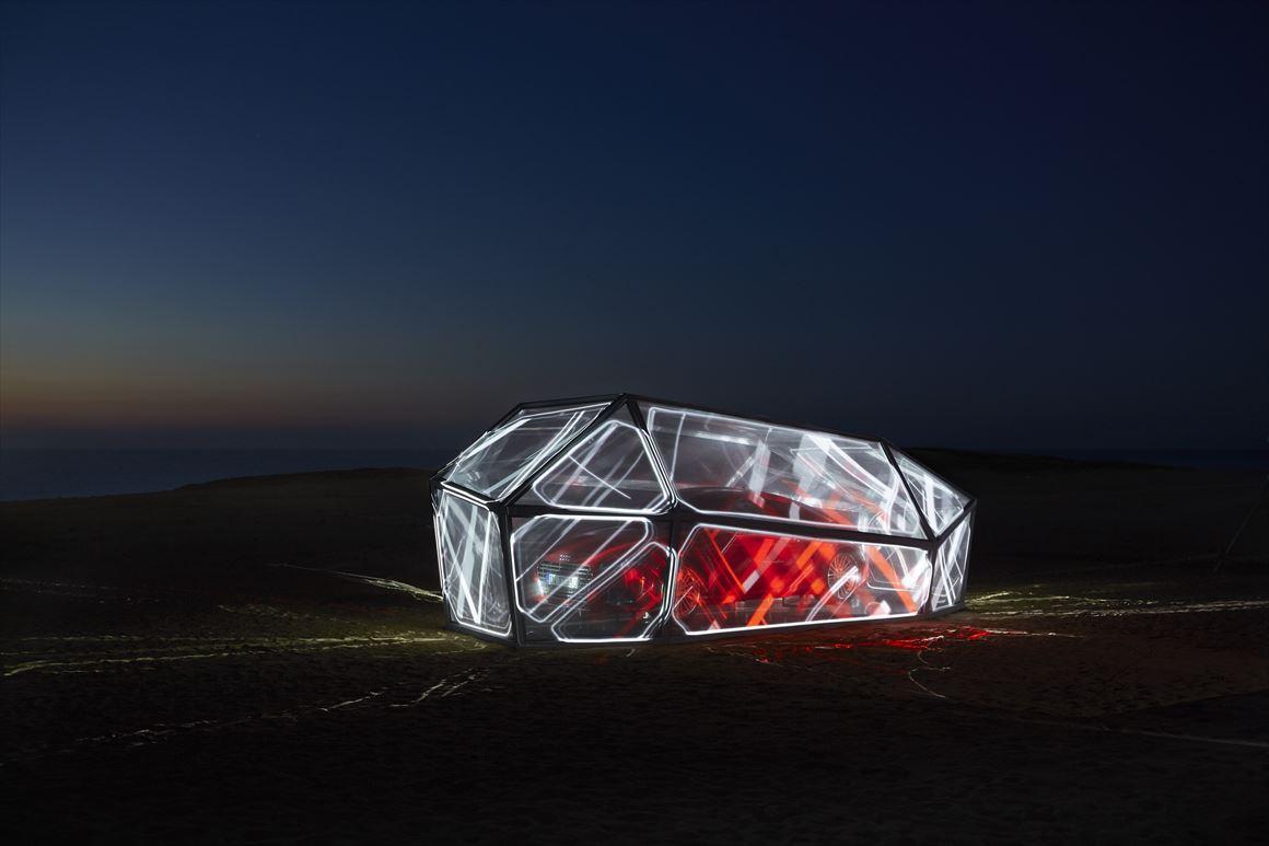 「Audi TT Landing, Japan」第二弾@鳥取砂丘 広大な砂丘に新型Audi TTを模した近未来型モニュメントを限定展示