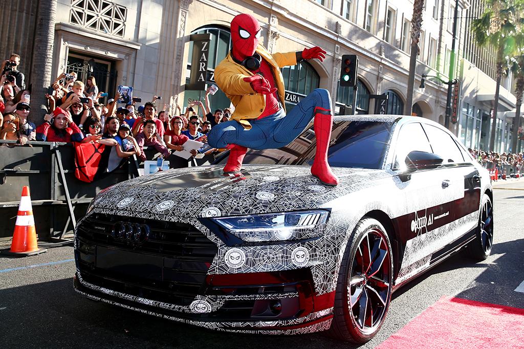 カモフラージュが施されたAudi A8が、『スパイダーマン:ホームカミング』のワールドプレミアにサプライズゲストとして登場