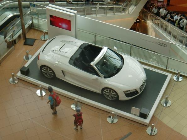 アウディ クワトロ30周年を記念して、フラッグシップ スポーツカー「Audi R8 Spyder」を夏休み期間中、羽田空港 第2ターミナルに展示  展示期間:2010年8月1日(日)~31日(火)